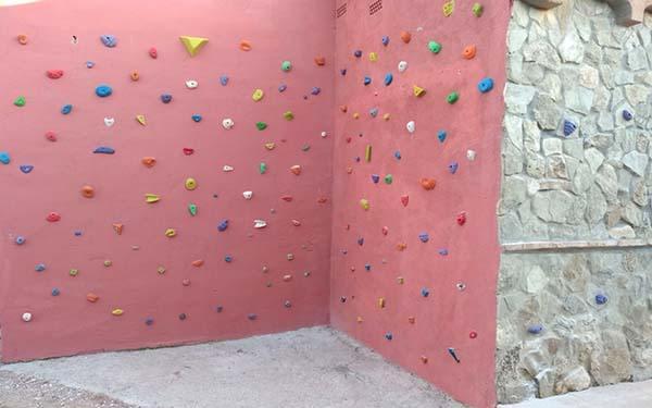 Muro completo de escalada con presas dispuestas aleatoriamente