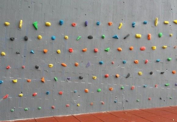 Instalación de presas de escalada en muros de hormigón